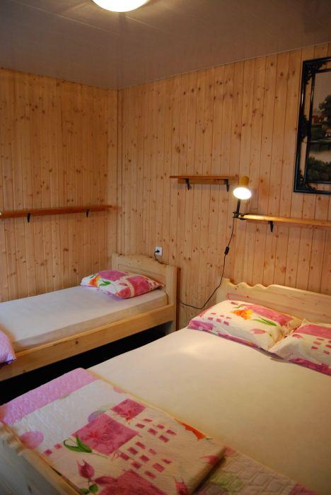 Camera 3 locuri cu baie, tv si frigider 75 litri