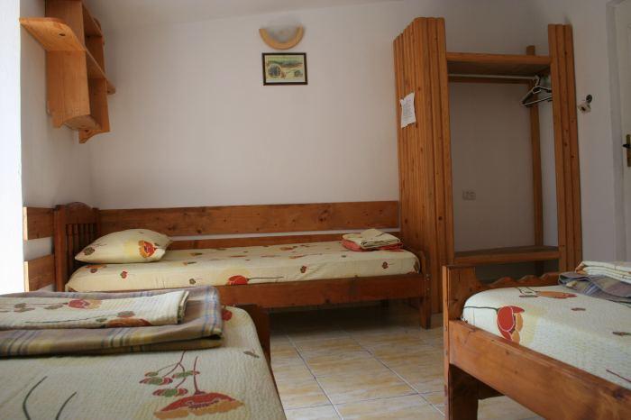 Camera 4 locuri la mansarda cu baia la comun