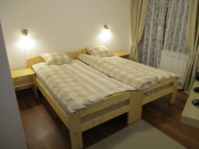 2 paturi cu vedere la munte si balcon