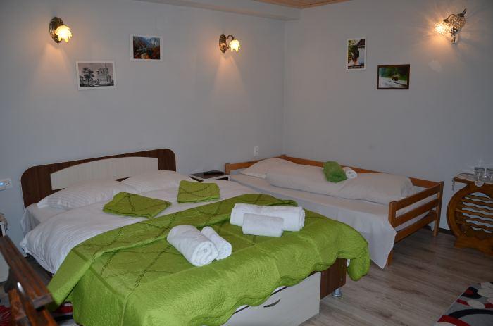 Camera 3 persoane