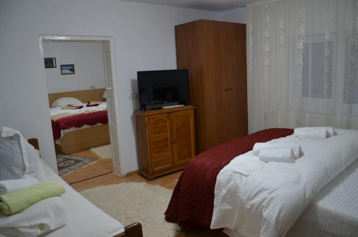 Apartament dotat cu 2 camere, 2 paturi king si 1 pat single